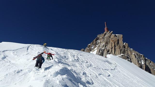 výstup lyžařů