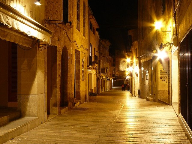 osvětlená ulice