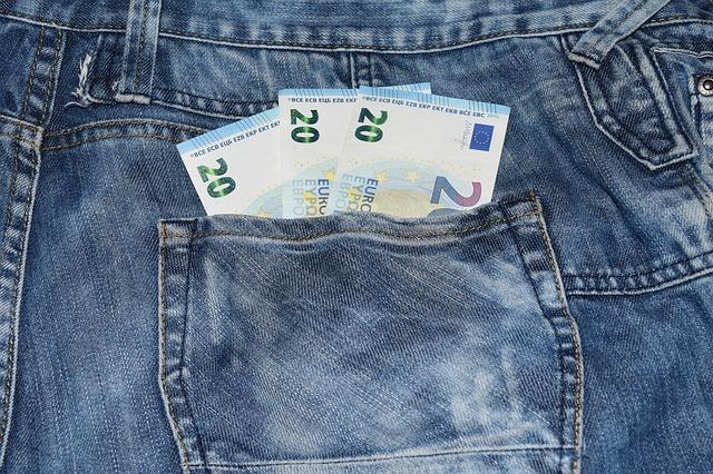 bankovky v kapse, džíny, eura